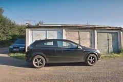 2016/07/09 Kadan, Tjeckien - två bilar som parkeras mellan garage Arkivbilder