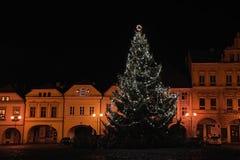 Kadan, Tsjechische republiek - 06 Januari, 2018: Kerstboom op het vierkant van Mirove Namesti in het centrum van de nachtjaponsta Stock Afbeelding