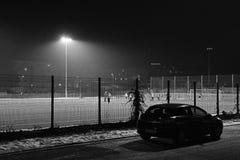 Kadan, Tsjechische republiek - 24 januari, 2019: voetbalhoogte tijdens avondsneeuwval met Opel Astra in voorgrond stock foto