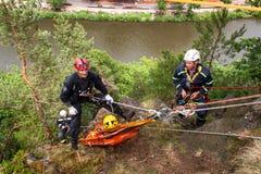 Kadan, Tsjechische Republiek, 6 Juni, 2012: De eenheden van de oefeningsredding Opleidende reddingsmensen in ontoegankelijk terre Stock Foto's