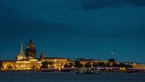 Kade een panorama in St. Petersburg bij nacht stock footage