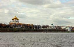 Kade en kerk in Yaroslavl Stock Afbeelding