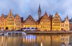 Kade Graslei in de stad van Gent bij avond, België royalty-vrije stock afbeelding