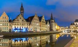 Kade Graslei in de stad van Gent in de avond, België stock afbeelding