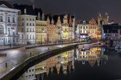 Kade Korenlei met bezinningen in de stad van Gent bij nacht, België royalty-vrije stock afbeelding