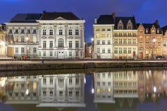 Kade Korenlei met bezinningen in de stad van Gent bij nacht, België royalty-vrije stock afbeeldingen