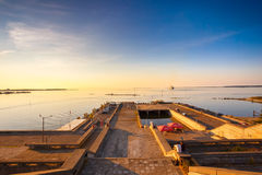 Kade in Tallinn tijdens Zonsondergang Stock Afbeelding