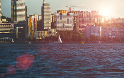 Kade van de grote stad bij zonsondergang, de rivier Dniepr Stock Fotografie