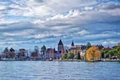Kade van het meer van Genève in Lausanne in de winterzonneschijn Stock Foto's