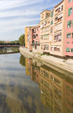 Kade van Onyar rivier, Girona Stock Foto's