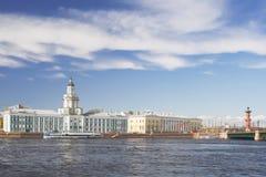 Kade van rivier Neva in St. Petersburg, Rusland; Royalty-vrije Stock Foto