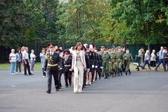 Kadeci maszerują z sztandarem na ranek władcie przed szkołą na mleję Szkolni ucznie obraz royalty free