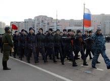 Kadeci Moskwa szkoła wyższa policja przygotowywają dla parady na Listopadzie 7 w placu czerwonym Fotografia Stock