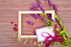 Kader met bloemen en kaart voor tekst op houten achtergrond Stock Afbeeldingen