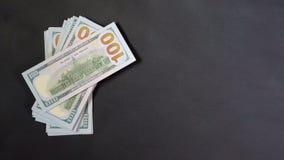 Kader met dollars Geld op een zwarte achtergrond Plaats voor tekst of embleem stock videobeelden