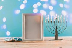 kader met exemplaar ruimte traditionele hanukkah menorah en koekjes met bokeh blauwe lichten stock afbeelding
