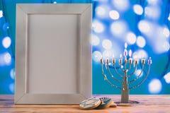 kader met exemplaar ruimte traditionele hanukkah menorah en koekjes met bokeh blauwe lichten stock afbeeldingen