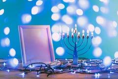 kader met exemplaar ruimte traditionele hanukkah menorah en koekjes met bokeh blauwe lichten royalty-vrije stock afbeeldingen