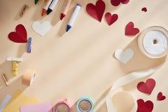 Kader met exemplaarruimte voor groetkaart met symbolen van liefde, harten en linten stock foto's