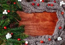 Kader met Kerstboomtakken, sjaal en hout Royalty-vrije Stock Foto's
