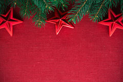 Kader met Kerstmisboom en ornamenten op rode canvasachtergrond Vrolijke Kerstkaart Stock Foto's