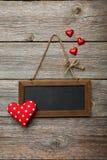 Kader met liefdehart op de houten achtergrond Royalty-vrije Stock Afbeeldingen
