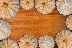 Kader met pompoenen op houten Stock Foto's