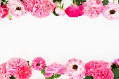 Kader met roze roze bloemen op witte achtergrond Vlak leg, hoogste mening De pastelkleur bloeit textuur Stock Foto