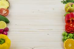 Kader op vers fruit en groenten op houten raad Achtergrond Stock Afbeeldingen