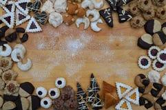 Kader uit verschillende soorten Kerstmiskoekjes stock afbeelding