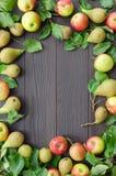 Kader van appelen en peren op donkere houten achtergrond Stock Foto's