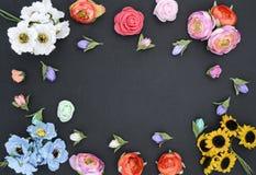 Kader van bloemen op zwarte stock foto's