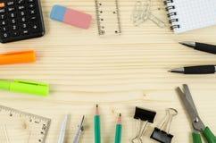 Kader van bureauhulpmiddelen op houten lijst Stock Afbeelding