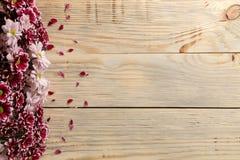 Kader van de herfstbloemen van chrysanten op een natuurlijke houten achtergrond stock fotografie