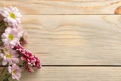 Kader van de herfstbloemen van chrysanten op een natuurlijke houten achtergrond stock foto