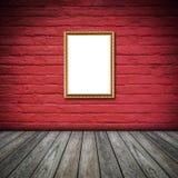 Kader van foto op rode muur binnen de ruimte Stock Foto