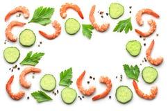 Kader van gekookte garnalen en verse komkommer stock fotografie