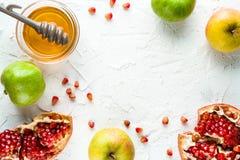 Kader van granaatappel, granaatappelzaden en appelen met honing voor Rosh Hashanah Royalty-vrije Stock Fotografie