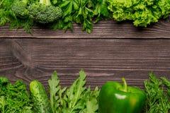 Kader van groenten, kruiden op houten achtergrond, hoogste mening stock afbeeldingen