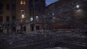 Kader van het aluminiumstructuur van het overlegstadium naast oud huis buiten wordt geplaatst dat stock video