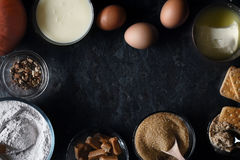 Kader van ingrediënten voor de cake van de pompoenstortplaats op de donkere steen hoogste mening als achtergrond Stock Foto