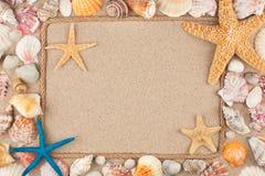 Kader van kabel, sterren en zeeschelpen op het zand, met plaats voor uw beeld wordt gemaakt, tekst die royalty-vrije stock fotografie