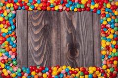 Kader van kleurrijk suikergoed op houten achtergrond Stock Afbeeldingen