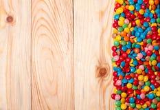 Kader van kleurrijk suikergoed op houten achtergrond Stock Fotografie