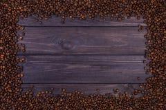 Kader van koffiebonen op donkere houten achtergrond Hoogste mening met exemplaarruimte Royalty-vrije Stock Fotografie