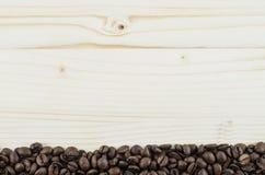 Kader van koffiebonen op houten lijst Achtergrond Stock Afbeeldingen