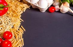 Kader van macaroni en groenten op de zwarte achtergrond De ruimte van het exemplaar Hoogste mening royalty-vrije stock afbeeldingen