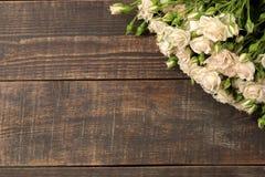 Kader van mooie minirozen op een bruine houten lijst Mooie bloemen vakantie Hoogste mening stock afbeelding