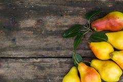 Kader van peren op donkere houten achtergrond Het concept van de oogst De herfst verlaat grens met diverse groenten op witte acht Stock Afbeelding