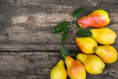 Kader van peren op donkere houten achtergrond Het concept van de oogst De herfst verlaat grens met diverse groenten op witte acht Royalty-vrije Stock Foto's